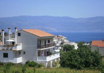 Megi 1 - quiet location close to the beach and town center