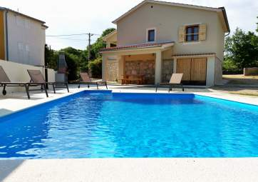 Toni - stone house with pool in village location
