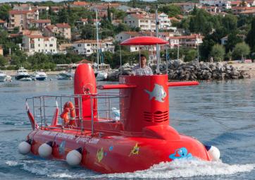 Explore the underwater world by a semi-submarine
